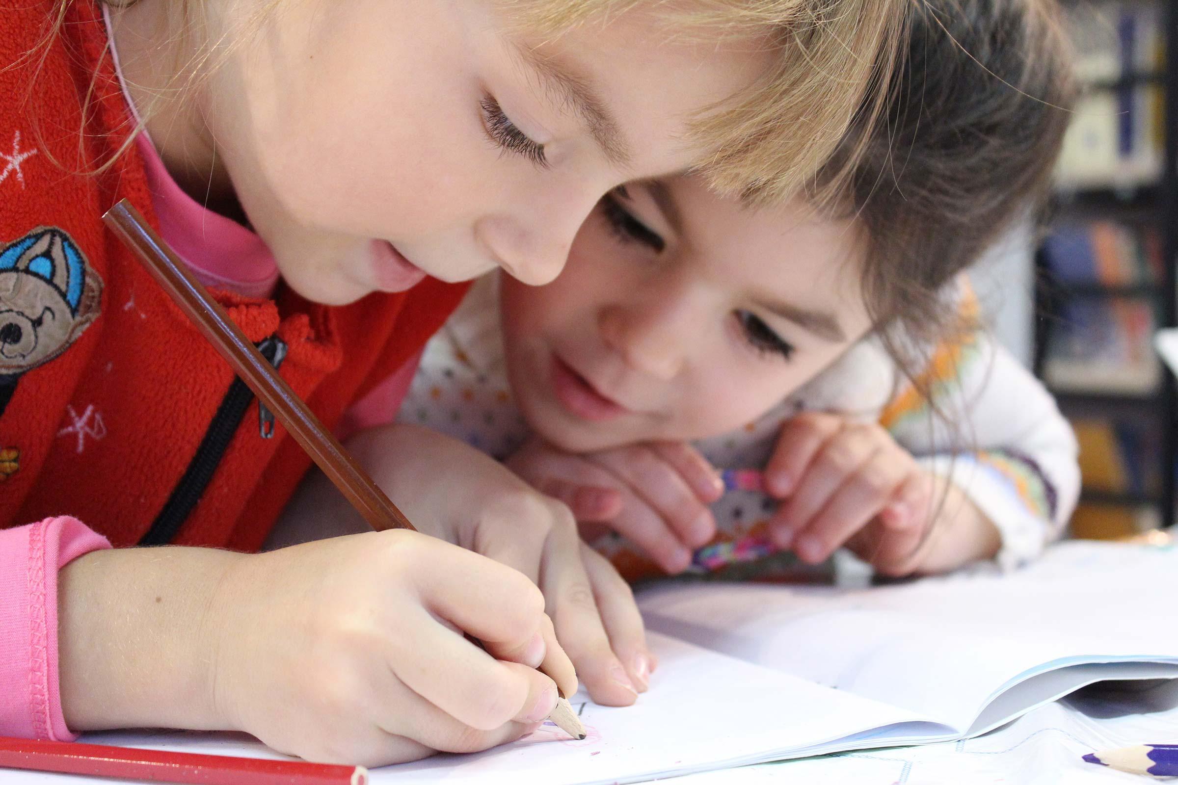 Kinder mit Malbuch